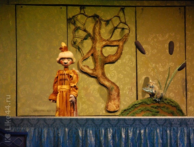 Сцена из детской сказки Царевна Лягушка в кукольном театре