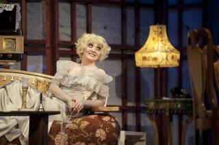 Анастасия Краснова в спектакле Неугомонный дух игрет умершую бывшую возлюбленную Чарльза